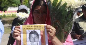 141027-Familiares_Ayotzinapa_cruces_iguala_MG_9909