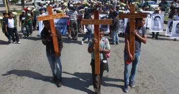 141027-Familiares_Ayotzinapa_cruces_iguala_MG_9924