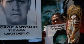 Un retrato de Jorge Antonio Tizapa Legideño en un mitin en solidaridad con Ayotzinapa en la UNAM. Foto: Hugo Cruz