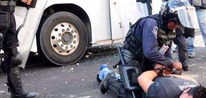 brutalidad policiaca vs Ayotzinapa