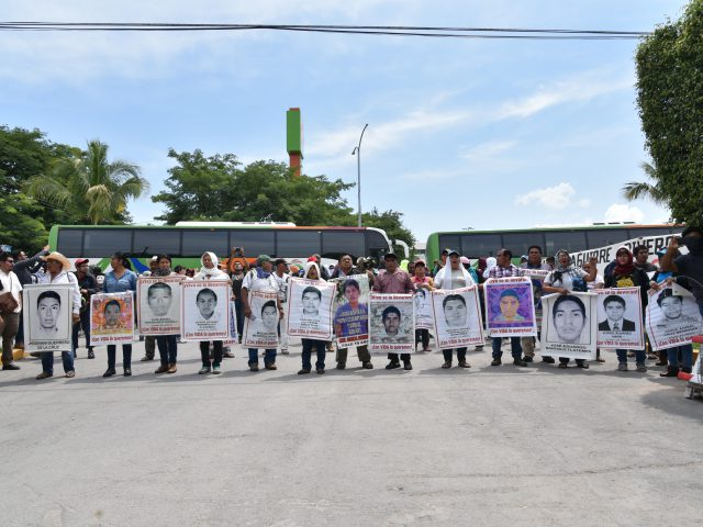 Nota Informativa | Madres y padres de los 43 protestan en el 27 Batallón en Iguala