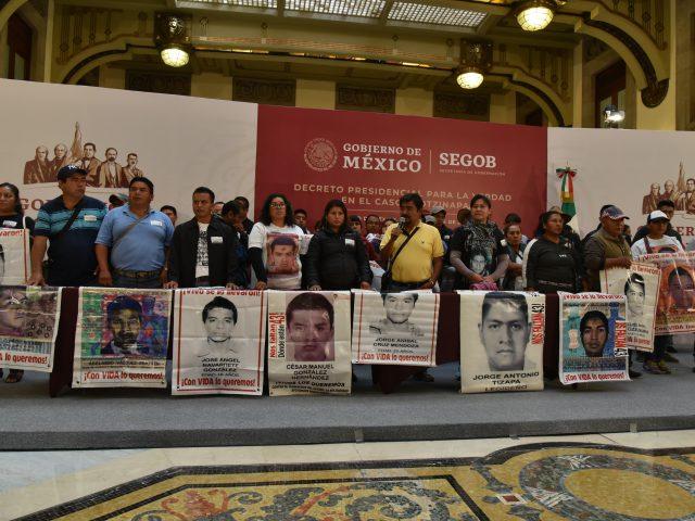 FOTOGALERÍA | De la verdad secuestrada a una diminuta gota de esperanza: las madres y padres de los 43 en Palacio Nacional
