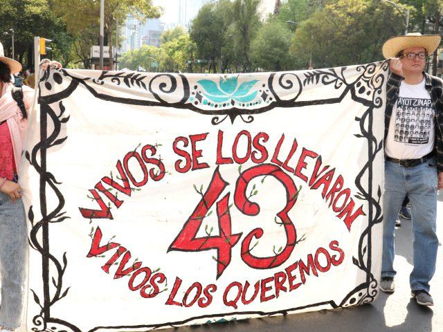 Fotogalería | A 56 meses Madres y padres de los 43 Marchan por la designación del fiscal especial